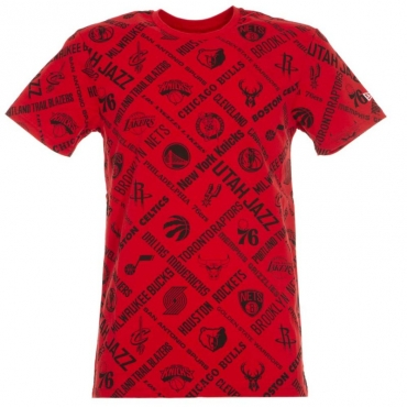 T-shirt rossa Nba con loghi all over FDR