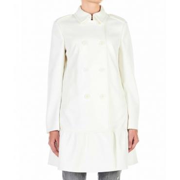 Cappotto con balze sul fondo bianco