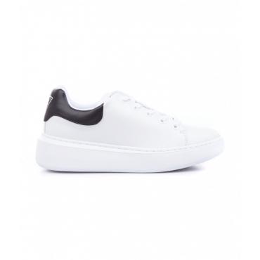 Sneaker con dettagli logo bianco